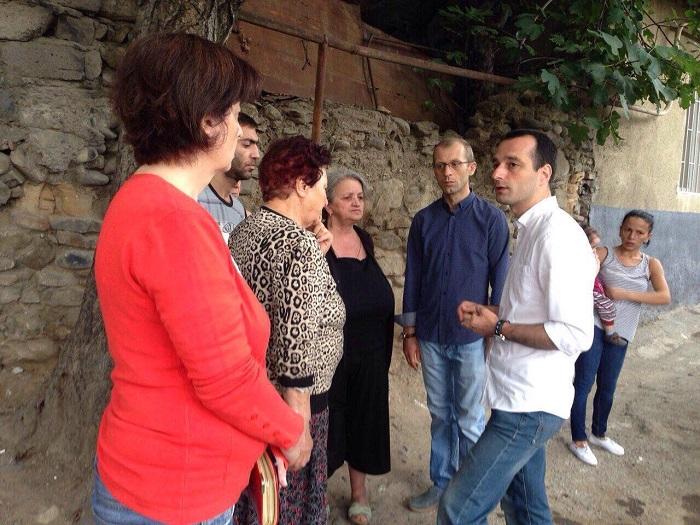 ირაკლი აბესაძე და საკრებულოს წევრობის კანდიდატი რომეო ფარულავა დეკაბრისტების კუჩის მოსახლეობას შეხვდნენ
