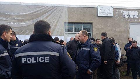 მარნეულის 50-ე საარჩევნო უბანთან პოლიციაა მობილიზებული