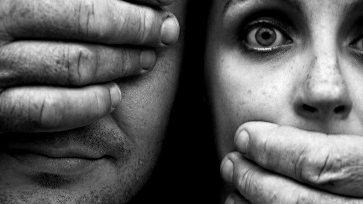 ქალთა სისხლიანი გილიოტინა და მაყურებელთა ფართოდ დახუჭული თვალები