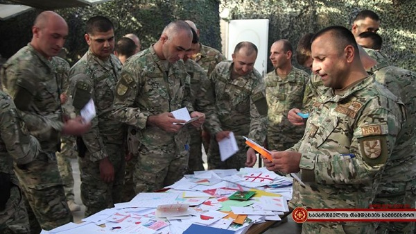 """ბავშვების წერილები """"მტკიცე მხარდაჭერის"""" მისიაში მონაწილე ქართველმა ჯარისკაცებმა მიიღეს"""
