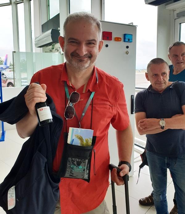 საქართველოს აეროპორტებში დამოუკიდებლობის დღესთან დაკავშირებით მგზავრებს ბრენდირებული ღვინოები და ტკბილეული დაურიგდათ
