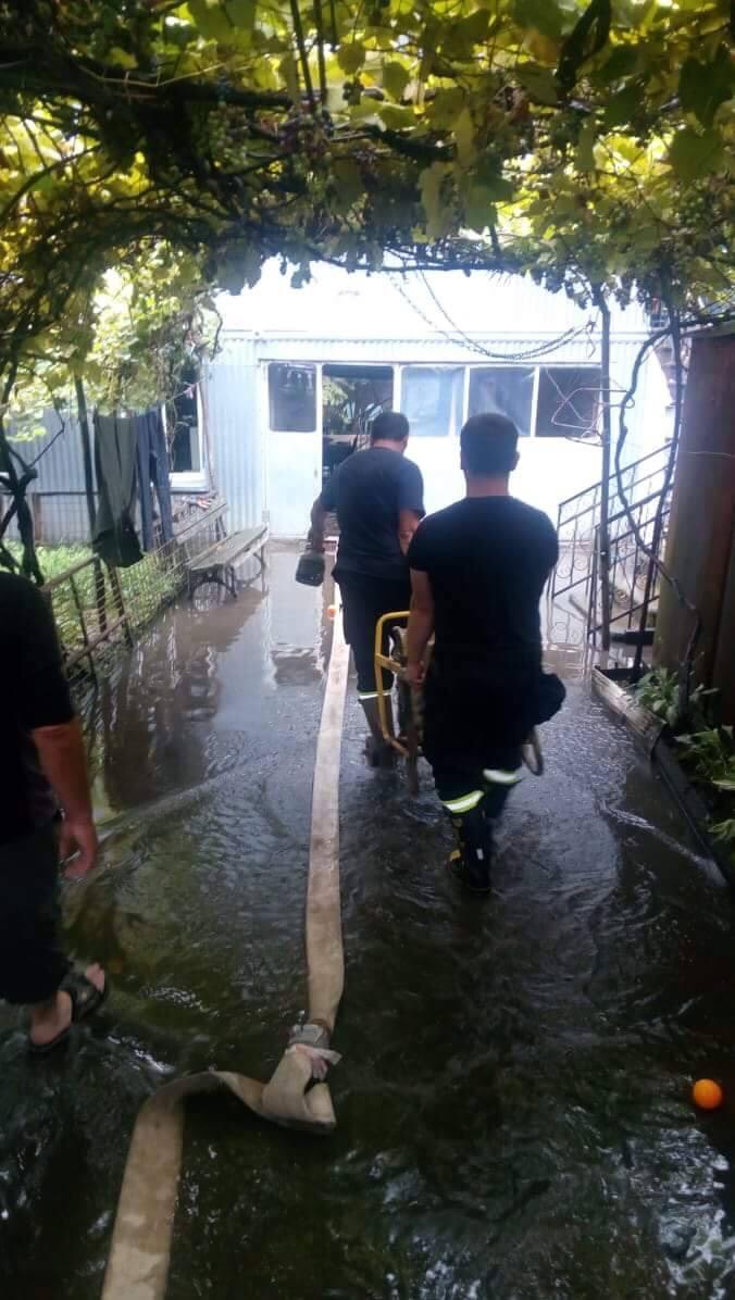 ბათუმში საცხოვრებელი სახლების სარდაფებიდან წყლის ამოტუმბვითი სამუშაოები მიმდინარეობს