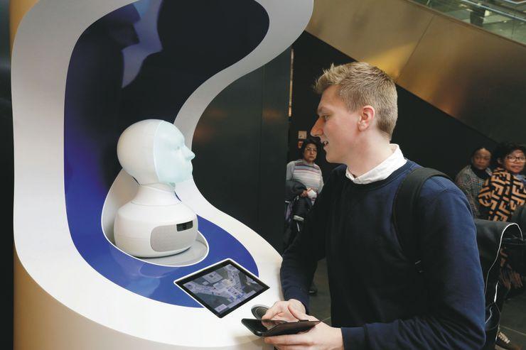 გერმანიის ქალაქმაინის ფრანკფურტის აეროპორტშიმგზავრებს რობოტი ელოდება