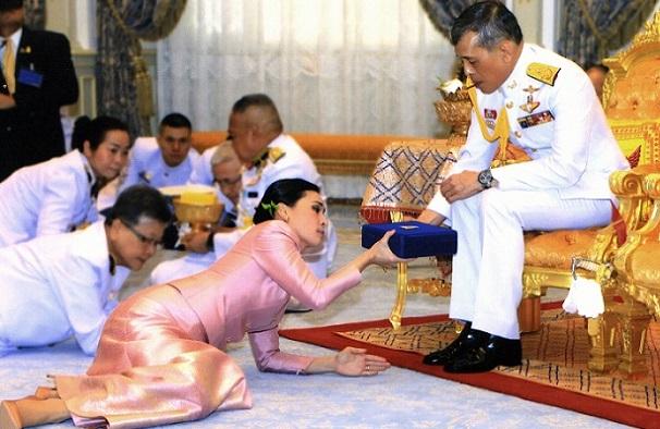 ტაილანდის მეფემ თავისი პირადი დაცვის სამსახურის უფროსზე იქორწინა და დედოფლის სტატუსი მიანიჭა