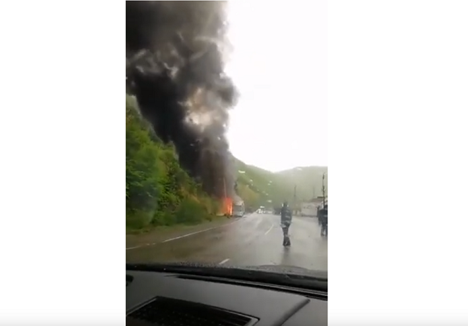 თურქეთში მიმავალ ავტობუსს რიკოთის უღელტეხილზე ცეცხლი გაუჩნდა | ვიდეო