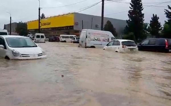თბილისში რამდენიმე უბანში ძლიერი წვიმის გამო ქუჩები და საცხოვრებელი სახლები დაიტბორა