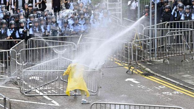 ჰონკონგის პოლიციამ დემონსტრანტების წინააღმდეგ ცრემლსადენი გაზი და ხელკეტები გამოიყენა