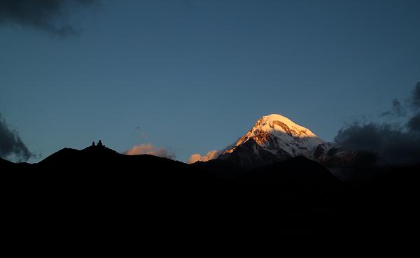 მყინვარწვერის სიმაღლე ზღვის დონიდან 5054 მეტრია