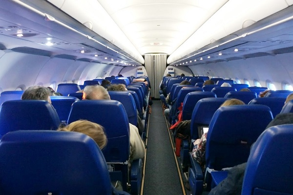 IATA: ბორტგამცილებელმა დებოშის ორგანიზატორი მგზავრი ადგილზევე უნდა დააჯარიმოს