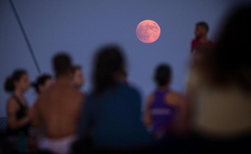 მთვარის ნაწილობრივი დაბნელება მსოფლიოს გარშემო | ფოტო