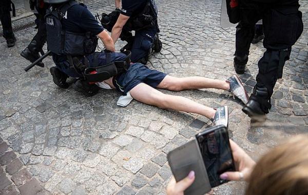 პოლონეთში დააკავეს 25 ადამიანი, რომლებიც თავს დაესხნენ თანასწორობის მარშის მონაწილეებს