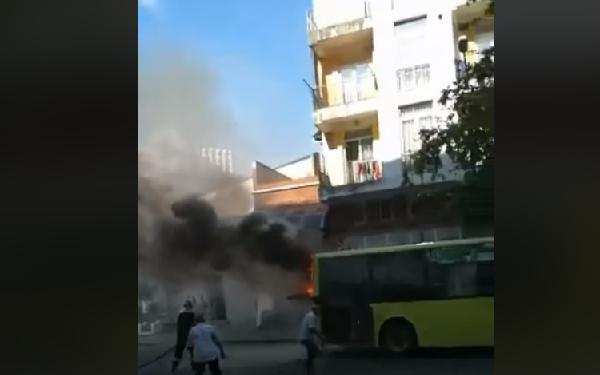 ბათუმში მუნიციპალურ ტრანსპორტს ცეცხლი გაუჩნდა | ვიდეო