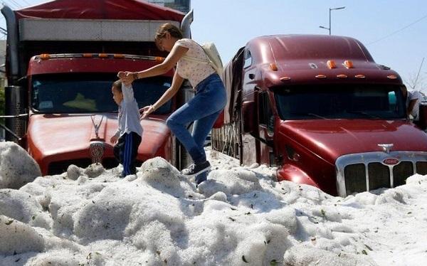 მექსიკის ქალაქი გვადალახარა ყინულის სქელი ფენით დაიფარა | ფოტო