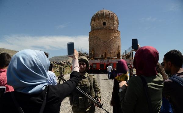 თურქეთში 650-800 წლის მეჩეთი მანქანით გადაიტანეს | ვიდეო