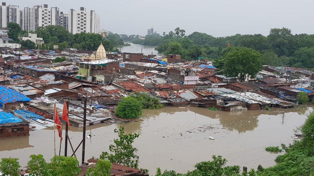 ინდოეთის დატბორილ ქალაქში ნიანგი დაცურავს, ევაკუირებულია 5000 ადამიანი