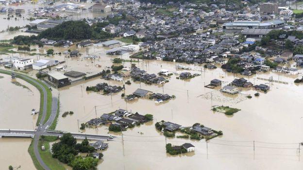 იაპონიაში გადაუღებელ წვიმებს 3 ადამიანი ემსხვერპლა, 800.000-მა კი სახლი დატოვა