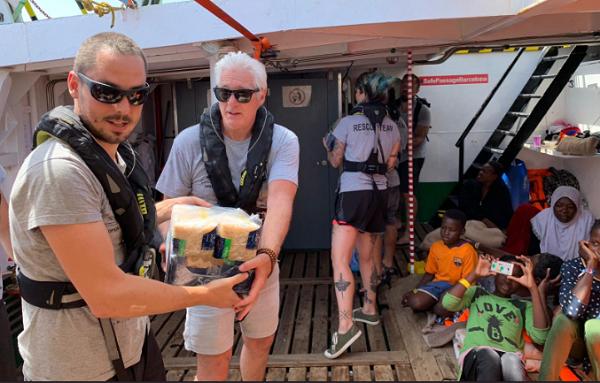 რიჩარდ გირმა ხმელთაშუა ზღვაში მყოფ გემზე, მიგრანტებს საკვები პროდუქტი მიუტანა