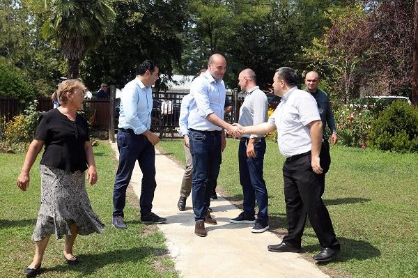 პრემიერ-მინისტრი სოფელ ნაცატუში თხილის მწარმოებელთა ასოციაციის საშრობში ფერმერებს შეხვდა