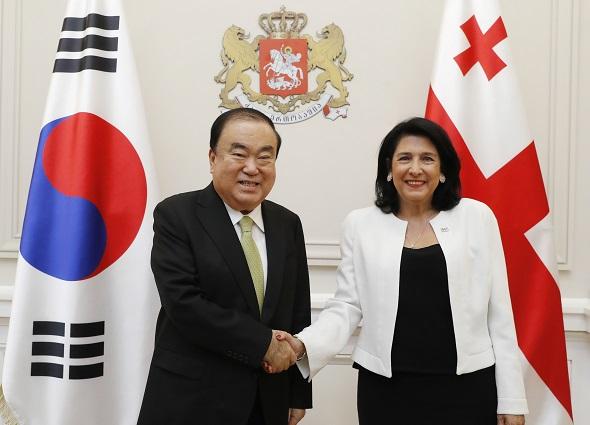 საქართველოს პრეზიდენტი კორეის რესპუბლიკის ეროვნული ასამბლეის თავმჯდომარემ, კორეის რესპუბლიკის პრეზიდენტის სახელით, სეულში ვიზიტით მიიწვია