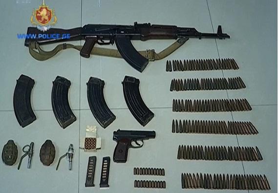 პოლიციამ თბილისში უკანონო ცეცხლსასროლი იარაღი ამოიღო