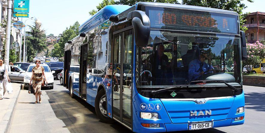თბილისში, პეკინის გამზირზე N51 ხაზე მოძრავი ავტობუსი არასრულწლოვანს დაეჯახა