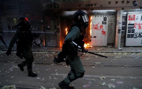ჰონგ-კონგის პოლიციამ დემონსტრანტების წინააღმდეგ ცეცხლსასროლი იარაღი გამოიყენა