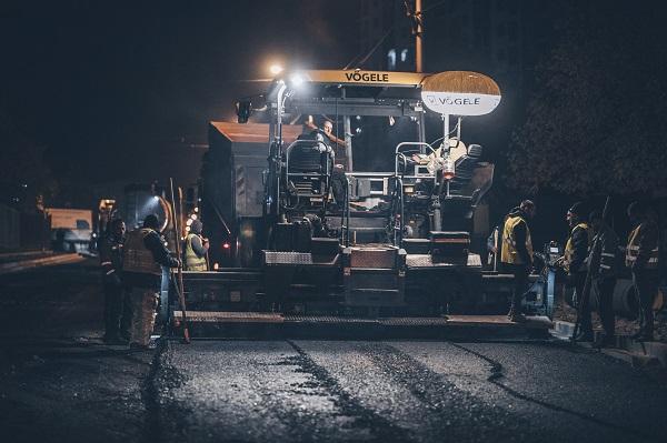 ვეკუას ქუჩაზე ასფალტის დაგების სამუშაოები მიმდინარეობს