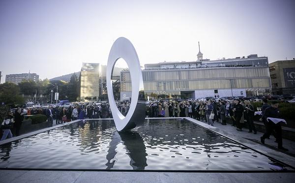 პირველი რესპუბლიკის მოედანზე ქანდაკება - N'Uovo გაიხსნა
