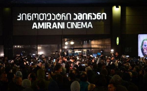 """ძალადობრივი ჯგუფები  ფილმის """"და ჩვენ ვიცეკვებთ"""" ჩვენების წინააღმდეგ  აქციების გამართვას დღესაც გეგმავენ"""