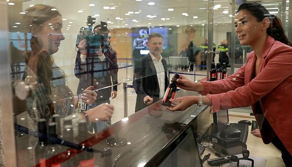 ახალი გზავნილით ტურიზმის ეროვნულმა ადმინისტრაციამ საქართველოს აეროპორტებში ტურისტებისათვის ღვინის დარიგება დაიწყო - ვიდეო