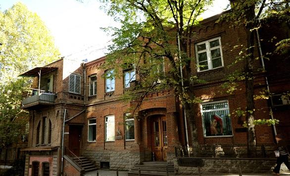 ნიკოლაძის ქუჩაზე საცხოვრებელი სახლის კაპიტალური გამაგრება მიმდინარეობს
