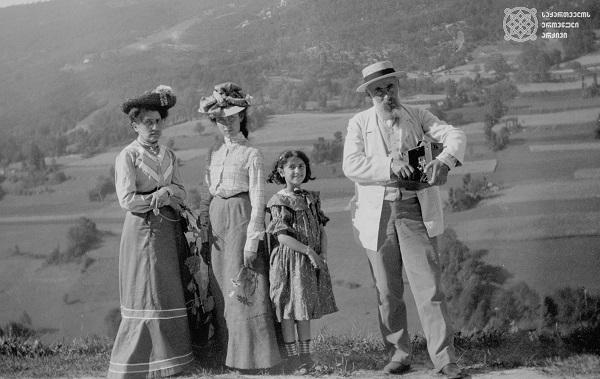 დღის ფოტო: ნიკო ნიკოლაძე ოჯახთან ერთად ერქსლებენში
