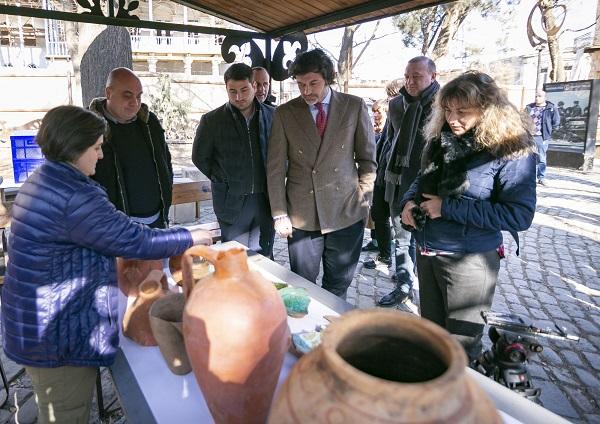 დედაქალაქის მერი გუდიაშვილის მოედანზე ახალ არქეოლოგიურ აღმოჩენას და სარეაბილიტაციო სამუშაოების მიმდინარეობას გაეცნო