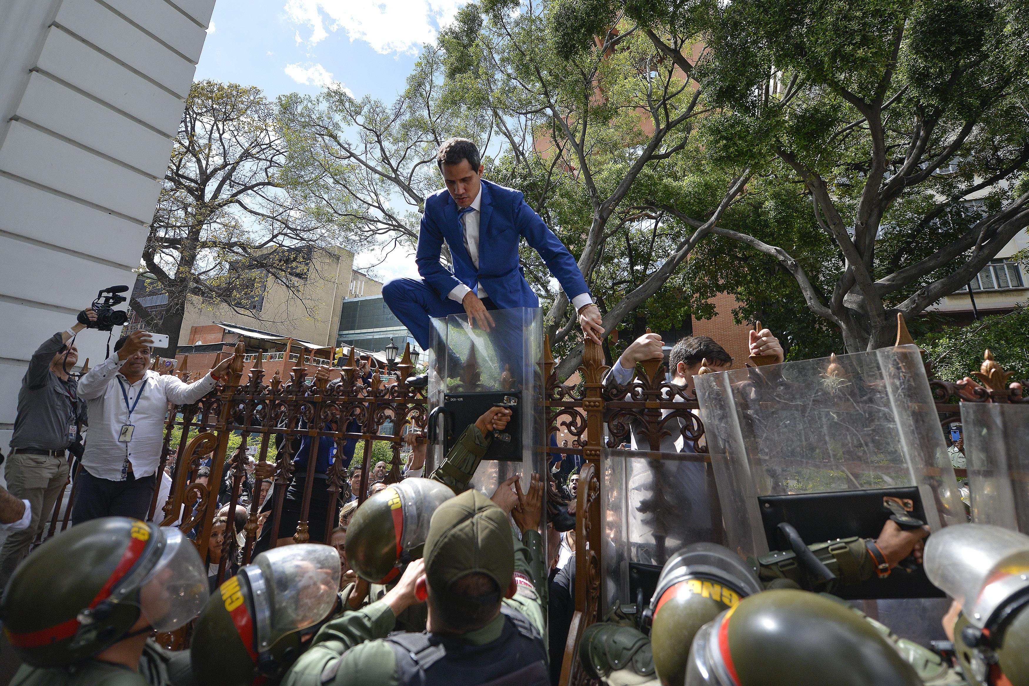 ვენესუელაში ხუან გუაიდო ეროვნული საბჭოს შენობაში შეიჭრა, სპიკერის სკამი დაიკავა და პრეზიდენტის ფიცი დადო