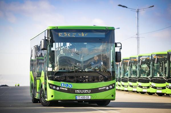 """""""ისუზუს"""" მარკის 8-მეტრიანი ავტობუსები ხვალიდან ეტაპობრივად 8 მარშრუტზე განაწილდებიან"""
