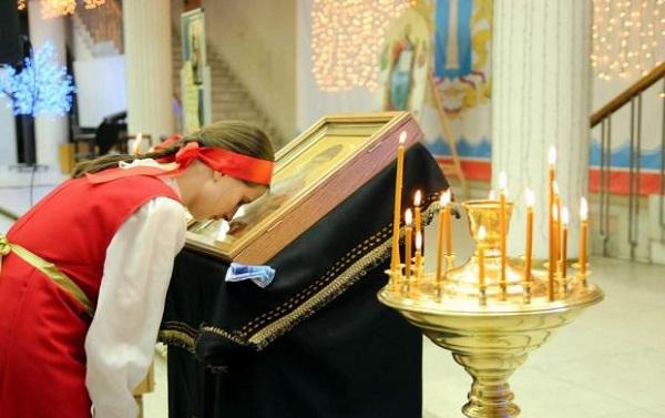 რუმინეთის ეკლესია მრევლს ურჩევს, ლიტურგია რადიოში მოისმინონ და ხატებზე კოცნისგან თავი შეიკავონ