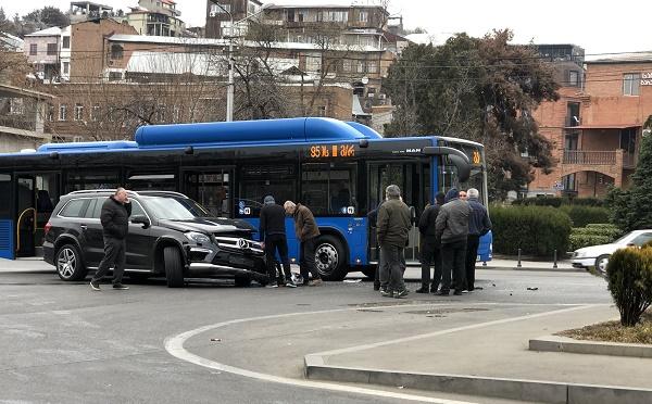 ავტობუსი და მსუბუქი ავტომანქანა ერთმანეთს შეეჯახნენ