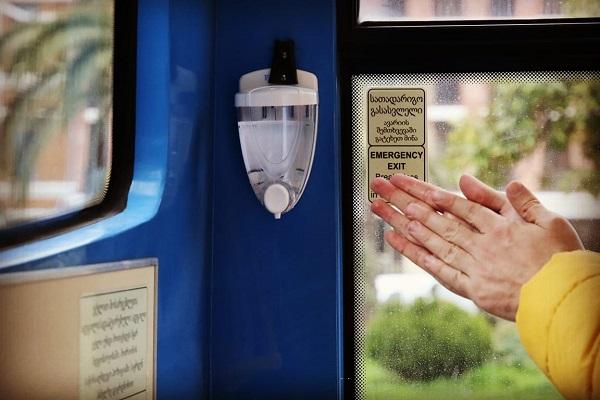 ბათუმის მუნიციპალურ ავტობუსებში სადეზინფექციო სითხის დისპენსერები დამონტაჟდა