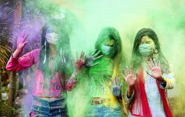 კორონავირუსის მიუხედავად, ინდოეთში ტრადიციული ფერების ფესტივალი მაინც ჩატარდა | ფოტოები