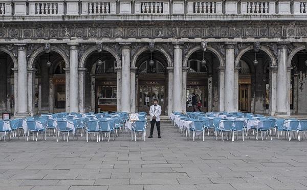 იტალიაში სასურსათო მაღაზიებისა და აფთიაქების გარდა ყველა კომერციული დაწესებულება დაიხურა
