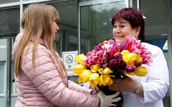 პატიმრებმა მათ მიერ გამოყვანილი ყვავილებისგან გაკეთებული თაიგულები ექიმებს გაუგზავნეს