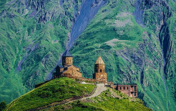 მოგზაურებს, რომელთაც მძვინვარე პანდემიისგან გამოქცევა სურთ, შეუძლიათ საქართველოს იზოლირებულ მთებში შვებით ამოისუნთქონ - Lonely Planet