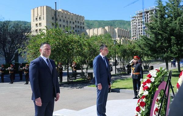 შინაგან საქმეთა მინისტრმა, პრემიერ-მინისტრთან ერთად, დაღუპული პოლიციელების მემორიალი გვირგვინით შეამკო