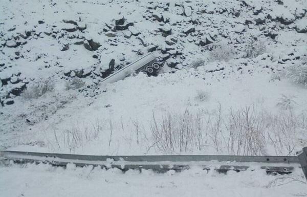 დარიალის ხეობაში გზის სავალი ნაწილიდან თხევადი აირის გადამტანი ცარიელი სატვირთო ავტომობილი გადავარდა
