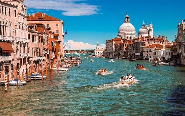 იტალიამ ტურისტებისთვის საზღვრები გახსნა