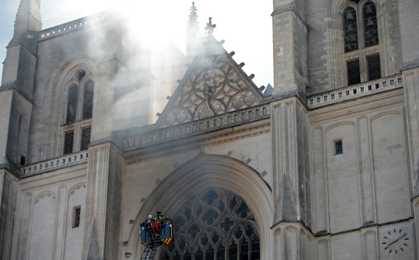 საფრანგეთში, ნანტის XV საუკუნის კათედრალს ცეცხლი გაუჩნდა