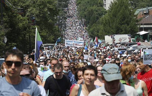 ხაბაროვსკის ქუჩებში გუბერნატორის დაკავების გასაპროტესტებლად ათიათასობით ადამიანი გამოვიდა