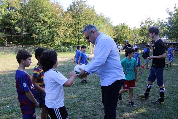 ლაშა გოგიაშვილმა სოფელღვანკითის ბავშვთა გუნდს საჩუქრად ფეხბურთის ბურთები გადასცა