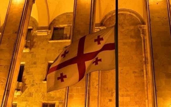 აგვისტოს ომში დაღუპულთა ხსოვნის პატივსაცემად პარლამენტის სასახლეზე სახელმწიფო დროშა დაეშვა