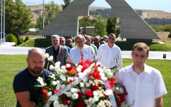 ნაციონალური მოძრაობის ლიდერებმა მუხათგვერდის ძმათა სასაფლაოზე აგვისტოს ომში დაღუპულ ჯარისკაცებს პატივი მიაგეს